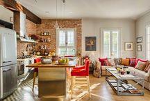 Sala e Cozinha Juntas / #decoraçãocozinhaamericana #decoraçãocozinhas #decorcozinhas #salaecozinhaintegradas Tudo junto e misturado na decoração de salas e cozinhas integradas.