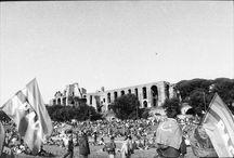 Roma 2004, imponente manifestazione per la pace / Il mondo, a un anno dall'inizio della guerra in Iraq, torna a mobilitarsi per la pace e contro il terrorismo rispondendo all'appello lanciato dai movimenti americani che si oppongono alla politica di Bush. Solo negli Usa si sono svolti cortei in più di cento città. Da Bombay a San Francisco, i movimenti pacifisti sono scesi in piazza.