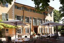 Abbaye de la Celle / La Maison Alain Ducasse en Provence. L'Hostellerie de l'Abbaye de la Celle se réconcilie avec son histoire à travers une décoration élégante, féminine aux couleurs légères.