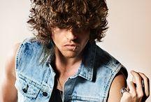Herrefrisurer - Krøllet hår / Med 'Herrefrisurer - Krøllet hår' forsøger vi altid at opdatere dig på de nyeste frisuretrends i krøllet hår. Er du mere nysgerrig, kan du finde yderligere inspiration under frisurekollektioner på vores hjemmeside.
