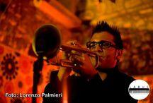 """Andrea Sabatino / Andrea Sabatino, giovane talento salentino, inizia lo studio della tromba precocissimo all'età di cinque anni e a diciassette  consegue il Diploma in Tromba con il massimo dei voti. Partecipa a vari concorsi e rassegne nazionali e alterna la sua attività di trombettista jazz con lavori in Orchestre e in varie trasmissioni televisive RAI come """"Sanremo Oscar Tv 2004 - Premio Barocco 2004 - 2005"""" ecc."""