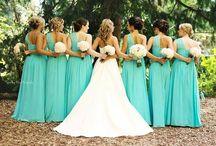 Koszorúslányok // Bridesmaids / Nincs is szebb menyasszony, mint akit a legjobb barátnői, szeretett rokonai vesznek körbe - hasonló ruhákban. Ők a koszorúslányok, a menyasszony minden kívánságát teljesítő tündérek! // #bride #friend #girlfriend #relative #bridesmaids #fairy