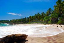 Die besten Reiseziele im Sommer: Wohin im August? / Der beliebteste Urlaubsmonat des Jahres hat viel zu bieten. Egal ob man den Sommer am Strand genießen will oder lieber eine kulturelle Städtereise unternimmt - ein traumhaftes Reiseziele findet man in diesem Sommermonat. Entdecke Asien! Zum Beispiel: SriLanka, Indonesien Bali oder Lombok. Sollte es doch nicht so weit weg gehen, dann bietet dir Andalusien, Malaga oder der Gardesee Entspannung & Erholung pur! Hier ist die schönes Reiseinspiration für den Monat August.
