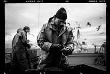 Charles-Frédérick Ouellet / Originaire de Chicoutimi, Charles-Frédérick Ouellet vit et travaille à Québec. En 2009, il obtient une bourse qui lui permettra d'œuvrer à Paris comme stagiaire pour l'agence Magnum Photos ainsi que pour la maison de photographes Signatures. À son retour au Québec, il cofonde en 2010 le collectif KAHEM avec quatre autres photographes québécois.