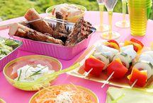 Barbecue en Tapas / Bij de eerste zonnestralen en warme temperaturen, kunnen we de zalige geur van houtskool en vuurkruiden bijna ruiken: it's barbecuetime! Verras vrienden en familie met een super-de-luxe-BBQ in eigen tuin. Je mooiste servies en tafellinnen mag daarbij gerust in de kast blijven. Het aanbod aan mooie en kleurrijke tafelspullen van kunststof en papier is zo uitgebreid dat je zeker je gading vindt om de feesttafel perfect aan te kleden. Smakelijk!