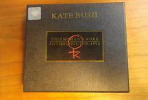 Kate Bush - This Woman's Work / Kolekcjonerskie pudło od Kate Bush z 1990 roku zawierające sześć albumów studyjnych oraz podwójny album z rzadkimi wersjami piosenek i stronami B singli.