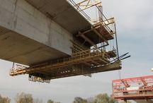 Most w Brzegu Dolnym / Od jesieni 2011 roku trwa budowa mostu na rzece Odrze w Brzegu Dolnym, w woj. dolnośląskim. Obiekt o długości 565 m, jako pierwszy most drogowy w mieście, pozwoli zlikwidować istniejącą w tym miejscu przeprawę promową na Odrze. Wykonywany jest w części nurtowej metodą nawisową, a w pozostałych fragmentach na rusztowaniach stacjonarnych. Na moście znajdzie się jezdnia dwupasmowa i ciągi pieszo-rowerowe.