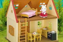 Les maisons / Les Sylvanian Families vivent dans de vraies maisons, équipées de vrais meubles et d'accessoires aux détails soignés. Maisons très réalistes, écoles, voitures, commerces… autant d'endroits qui raviront les enfants et les mamans.
