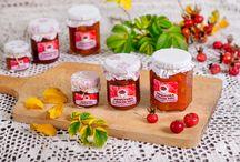 Manufaktura Różana / Manufaktura Różana znajduje się w miejscowości Stara Wieś w gminie Końskowola w odległości około 300 metrów od drogi głównej 12 (Puławy – Kurów). Wytwarzane są w niej przetwory z płatków róży, owoców róży, pigwowca, dyni jadalnej.  Produkty wytwarzane w Manufakturze Różanej powstają z surowców pochodzących z własnego gospodarstwa, nie zawierają żadnych konserwantów i dodatków chemicznych. Podstawą są stare babcine przepisy.