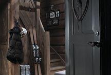 WINTER HOME / La Winter Home c'est cette maison cosy dans laquelle on aspire à passer des heures chocolat chaud et roman en main auprès de la cheminée ou sous des plaids. La Winter Home se distingue par son extérieur rustique ou au contraire par une décoration résolument claire et moderne. Ici les matériaux nobles comme la pierre ou le bois priment !