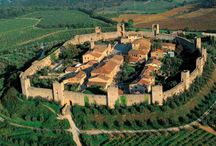 Monteriggioni / Monteriggioni is een prachtig middeleeuws stadje dat nog volledig ommuurd is. Het is gelegen op een heuvel van waaruit je een prachtig zicht krijgt op de omliggende wijngaarden en olijfbomen.