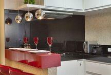 Cocina pequeña con barra roja