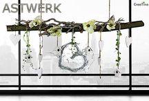 Astwerk / Ast aus echter Buche, frühlingshaft dekoriert mit 2 Kordeln zum aufhängen. Den Ast erhalten Sie wie abgebildet mit einem Reebherz in weiß (25 cm x 25 cm), 4 Vogelhäuschen, 4 große und 3 kleine Holzherzen, 4 Magnolienblüten und weiß gekalkten Ästen.
