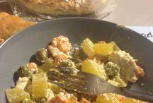 Recette à cuisiner / Un plat tout simple qui prend vraiment peu de temps et qui fait son effet.. Vous avez juste besoin d'un plat allant au four et les ingrédients (tout cru), tourner de temps en temps ... 45 minutes a 185 degr  - 500 grammes de blancs de dinde ou poulet  - 5 pommes de terres  - 5 carottes  - olives dénoyautées  - de la fêta coupée en dés  - huile d'olive
