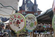 Töpfermarkt Wernigerode 2015 / Der Töpfermarkt in Wernigerode zählt zu den schönsten Töpfermärkten Mitteldeutschlands. Er eröffnet traditionell zur Pfingstzeit auf dem Marktplatz in Wernigerode und möchte Jung und Alt an traditionellem Töpfergut begeistern und sorgt mit rund 40 Ständen für ein einzigartiges Ambiente. Lassen Sie sich von individuell gestalteten Unikaten verzaubern und zögern Sie nicht, das eine oder andere Gespräch mit den Künstlern aufzunehmen.