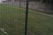 Panelový plot a posuvná brána v Bratislave - Referencia / Bytové družstvo v Bratislave sa rozhodlo ohradiť parkovisko pri bytovke. Ochránia si tým zaparkované autá a zároveň zamedzia prístupu cudzích áut. Podklad tvorila betónová doska. Plot sa inštaloval na pätky, so stĺpikmi 40x60 a objímkami. Samonosná posuvná brána je na diaľkové ovládanie, s fotobunkou. Každý majiteľ auta z bytovky dostal vlastné diaľkové ovládanie.