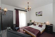 Budai Hotel budapesti osztálykirándulás szállás / Saját fürdőszobás, 3 csillagos hotelszobák Akár a foglaló osztály kizárólagos használatára Közösségi tér, biliárd, pingpong, csocsó Erdei iskolához is alkalmas szállás Legolcsóbb ár: 3190 Ft/fő/éj  A Budai Hotel csendes, nyugodt környezetben, a XII. kerület egyik legszebb részén fekszik. A teraszról és a legtöbb szobából csodás budapesti panoráma tárul a vendégek elé. A kis, családias hotelben minden osztályra kiemelt figyelem jut, hiszen egyszerre maximum egy osztály fér el a hotelben.
