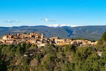 Roussillon en Luberon / Roussillon est avant tout une palette de peintre, un lieu magique, où les combinaisons d´oxydes confèrent à ses ocres une infinie variété de couleurs, que l´on retrouve dans le paysage, sur les façades de ses maisons ou en trompe l´oeil sur un portail.