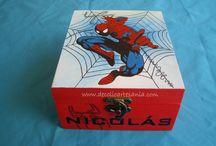 """CAJA """"SPIDERMAN"""". / A los niños también les gustan las cajas y si están decoradas con su """"ídolo"""" favorito, son todo un acierto. A Nicolás le encanta Spiderman y su madre lo tenía muy claro, era el dibujo perfecto para él. Una cajita para guardar esos pequeños tesoros y secretos de su hijo. Lo más divertido fue ver su carita cuando vio su caja, aun me duelen los oídos."""