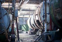 藤豊工業所 工場内 / 藤豊工業所は、クロコダイル皮革の加工を得意とするタンナーとして、東京都墨田区に自社工場を構えています。また、同敷地内の工房では自社で加工した革を使って質の高いOEM・ODM製品を製作しています。 ワシントン条約(CITES)の精神を理解し、素材へのリスペクトを原点に、メイドインジャパン・クオリティにふさわしい革づくり・ものづくりを展開してまいります。