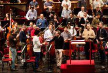 Filarmonica della Scala / La Filarmonica della Scala nasce nel 1982 per iniziativa di Claudio Abbado, allora direttore musicale del Teatro alla Scala, dall'idea di creare all'interno delle mura del Teatro un'orchestra indipendente dedita unicamente al repertorio sinfonico. UniCredit è partner della Filarmonica della Scala dal 2000 e nel 2003 è diventato Main Partner.