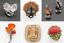 Joaillerie / La joaillerie comprend les bijoux réalisés en pierres et matières précieuses.