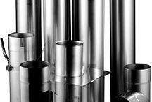 Edelstahlrohre zur Schornsteinsanierung / Für die Schornsteinsanierung  Schornsteineinsatzrohre aus rostfreiem Edelstahl  Hohe Materialqualität, geringes Gewicht und leichte Einbaumöglichkeit sind die herausragenden Eigenschaften der Einsatzrohre aus Edelstahl. Die speziellen, mit Molybdän und Titan stabilisierten Edelstahlrohre werden mit Wanddicken von 0,6 bis 2,0 mm gefertigt. Bei einer Wanddicke von 0,6 mm, plus 30 mm Wärmedämmung, sind die Edelstahlrohre für alle Brennstoffe( Regelfeuerstätten gem. DIN 18160 ) zugelassen.