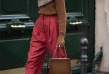 Con pantalón rojo