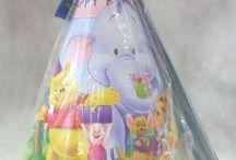 Winnie the Pooh in festa / Tanti articoli per una festa a tema o giocattoli a tema Winnie The Pooh. Piatti, Tovaglioli, Bicchieri, Gadget e palloncini a tema, ma non solo anche giochi e articoli da regalo