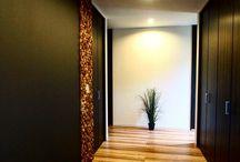 黒板壁面 / 玄関の壁に無垢材を施し、ホール一面に の壁には、チョークアート用の スペースを設けました。 広い玄関なのでゆったりと好きな事を愉しむ事がっできます