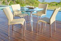 Linha Adaja / Composta por cadeiras e banquetas, a linha Adaja oferece suporte à outras linhas de LaCasa. As peças são estruturadas em alumínio e trançadas manualmente com fibra sintética.