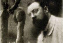 Edward Steichen / Начинал как художник-импрессионист, находился под влиянием Родена. Во время Первой мировой войны перешёл на позиции бескомпромиссного реализма. Во время Первой мировой войны, служа в сухопутных войсках США, преподавал тамошним рекрутам основы аэрофотосъемки. В 1920-е и 1930-е гг. создал серию портретов голливудских знаменитостей (в частности, Греты Гарбо), которые вошли в историю как образцовые примеры раскрытия характера фотографируемого.
