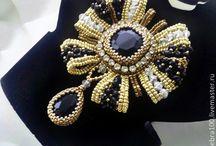 Бижутерия / Колье, серьги, браслеты выполнены из бусин и бисера