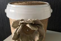 ROPE / BOTTLE / Nástenka je vytvorená z vecí, ktoré sú vytvorené z použitých sklenených fliaš alebo plastových téglikoch, ktoré sú obtočené jutovým motúzikom. Na dozdobenie je použitá kvetinka, ktorá je vyrobená z dózy na vajíčka a prilepená lepidlom. Tak smelo do toho, v každej domácnosti sa nájdu použité poháre, ktoré sa dajú takto skrášliť :-)