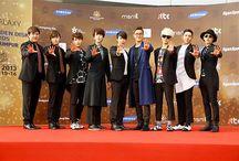 Super Junior / Leeteuk, Donghae, Siwon, Heechul, Eunhyuk, Shindong, Yesung, Ryeowook, Sungmin, Kyuhyun, Kangin, Kibum, Henry, Zhoumi. Bias: Leeteuk