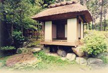 推敲亭 / 推敲亭(県指定文化財) 江戸時代からある草庵です。3畳に小さな出床を設け、3面に障子を巡らせた開放的な造りとなっています。月を眺めながら詩歌を推敲したという伝承があります。作者は千家中興とされる表千家6代の覚々斎宗左(1678~1730)といわれ、傾斜地の石組みに載せかけるように建てられています。