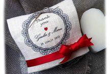 Bomboniere personalizzate www.lascatoladeibottoni.it / Originali, preziose e raffinate, fatte a mano con cura e con passione. Realizzate con tessuti artigianali e filati naturali. Una vasta linea di bomboniere e segnaposto adatte a qualsiasi ricorrenza, dal battesimo al matrimonio o ad eventi speciali. Scegli l'idea che più ti piace e rendila tua.