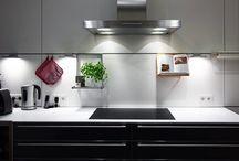 Lichtberater: Unsere Tipps für gutes Licht im Haus und in der Wohnung. / Bei Leuchten stehen Stil und Ästhetik im Fokus. Aber was nutzt das beste Design, wenn das Licht nicht zum Lesen oder Kochen oder Arbeiten passt? Darum steht bei uns am Anfang immer das Licht. Seine Funktion im Raum, seine Charakteristik, seine Planung. Um die richtigen Leuchten an den richtigen Orten so einzusetzen, dass Licht seine vielfältigen Aufgaben sinnvoll erfüllen kann, Energie spart – und gut aussieht. Wir nennen das Lichtberatung. Prediger Lichtberatung.