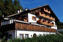 Hotels in Meran&Umgebung / Ein Hotel in Meran und Umgebung gesucht? Dann sind Sie hier richtig! Unsere Hotels im Meraner Land bieten Ihnen unvergessliche Tage im Zeichen von Entspannung und tollen Erlebnissen in der Natur. Im Meraner Land in Südtirol finden sich zahlreiche Hotels für Ihren entspannten Urlaub beim Wandern und Faulenzen in mildem Klima!