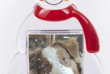 Sněžítka s fotkou / Sněžítka s vlastní fotkou se těší stálé oblibě a patří mezi často žádané romantické dárky. Kouzelným vánočním, nebo valentýnským dárkem bude jistě sněžítko v motivu sněhulák, stromeček nebo srdce. Klasickým tvarem je koule nebo polokoule. Použitá fotografie je ošetřená s maximální odolností proti vodě. Sněžítko s fotografií je i praktickým dárkem jako těžítko na dokumenty a s logem firmy je krásným reklamním dárkem pro vaše V.I.P. partnery