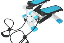 Steppery / Znajdziecie u nas także Steppery, które są idealnym sprzętem fitness do ćwiczeń w domu. Dla tych, którzy słyszą tę nazwę po raz pierwszy, stepper to urządzenie, które pomaga wysmuklić sylwetkę, a także dba o kształt ud i pośladków.