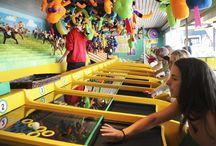 Pelit/Games / Huvipuistopelit varmistavat että hupia riittää koko perheelle myös laitekäyntien lomassa. / The Amusement Park games ensure that there's fun for the whole family between rides.