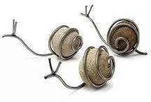 Caracoles hechos con piedras y alambre