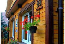 Pokoje gościnne Słoneczko w Białowieży / Zapraszamy na wypoczynek do Puszczy Białowieskiej . Do dyspozycji gości przeznaczyliśmy cztery pokoje , trzy dwuosobowe oraz jeden czteroosobowy  z łazienkami . Domek nasz mieści się na głównej ulicy Białowieży , skąd wszędzie jest blisko ( Park Pałacowy , Muzeum , sklepy , restauracje , przystanek autobusowy ... ) Pozdrawiamy i zapraszamy  Dorota i Krzysztof Samocik