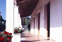 Hotel Angedras / A pochi passi dal centro storico di Alghero e immerso in una tranquilla zona residenziale, l'Hotel gode di una posizione perfetta per raggiungere il centro città, i Bastioni o le spiagge che disegnano questo straordinario tratto di costa nord-occidentale della Sardegna. Hotel dalla moderna struttura architettonica, l'Angedras non rinuncia all'esclusività di servizi completi ed efficienti, per soddisfare le esigenze di ogni ospite.