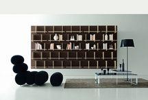 Police a knihovny / Efektivně vyplní prázdný prostor v interiéru. Police představují menší otevřený úložný prostor, přičemž knihovny jsou tvořeny seskupením menších úložných prostorů. Nejsou pouze nutným úložištěm pro knihy, ale mohou posloužit i pro dekorace, doplňky nebo jiné věci. Lze nalézt různá zajímavá provedení například kombinace se zásuvkami či dvířky.