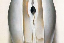 Georgia O'Keeffe / Традиции символизма органично соединились в творчестве О'Кифф с острыми ракурсами авангардного фотоискусства. Не отказываясь от предметности – напротив, детально подчеркивая и обыгрывая ее, – художница неизменно сочетала в своих образах сюрреальное отстранение, эффекты сна или грезы, с ярким местным колоритом. Благодаря этому художница стала одним из самых значительных мастеров магического реализма.
