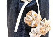 borsa jeans con fiori che pendono