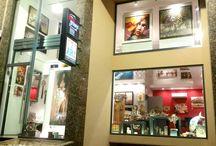 Gallery Background / Προτάσεις διακόσμησης χώρων καθώς κι επιλογής δώρων (για επαγγελματίες και ιδιώτες), μέσα απο συλλογή έργων τέχνης: - Πίνακες Βizart - Χειροποίητα επιδαπέδια κι επιτραπέζια αντικείμενα, όπως: Kαθρέπτες, ρολόγια, φωτιστικά, διακοσμητικά κ.ά είδη δώρων, κατασκευασμένα απο διάφορα υλικά ( μέταλλο, γυαλί, ξύλο, πηλό) με πολύ μεράκι απο εξαιρετικούς καλλιτέχνες!