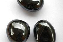 Black Intense / Onyx, camée, spinelle, hématite, tourmaline, saphir noir, diamant noir, les pierres précieuses noires donnent des bijoux chics, mystérieux, rares, précieux et résolument tendances qui s'accordent avec toutes les tenues.